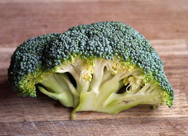 la vitamine A et le bêta-carotène du brocoli préviennent la chute des cheveux