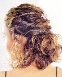coiffure à mi-hauteur, cheveux bouclés, coiffures à mi-hauteur